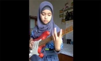 Gitaris Metal Berhijab
